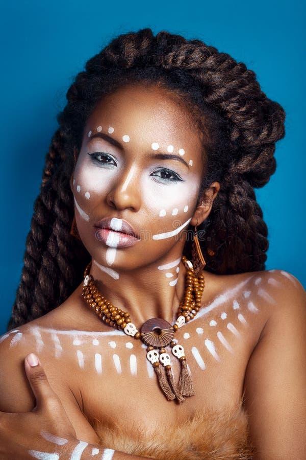 非洲例证样式向量妇女 种族首饰的可爱的少妇 接近的纵向 一名妇女的画象有一张被绘的面孔的 免版税库存照片