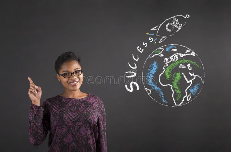 非洲关于世界成功的妇女好想法在黑板背景 库存图片