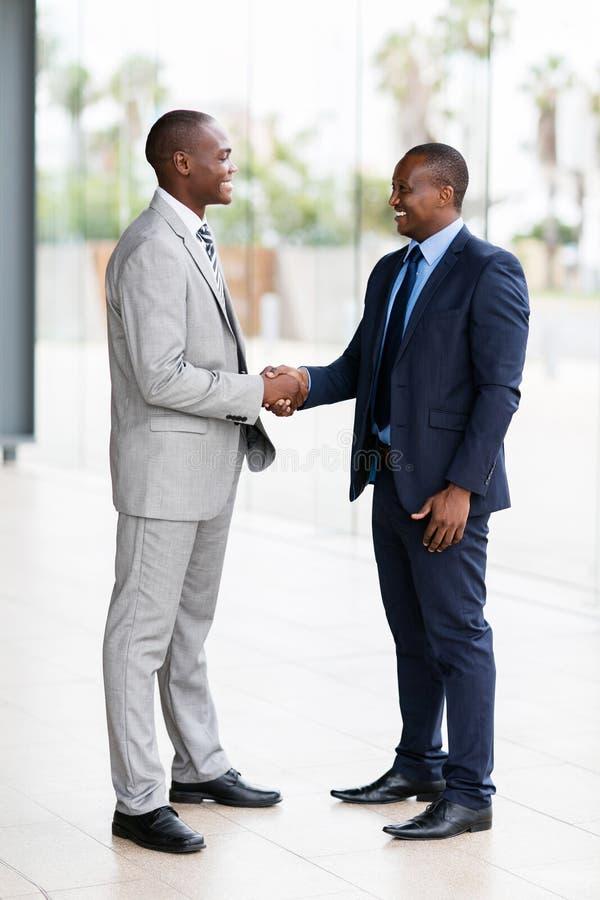 非洲商人握手 免版税图库摄影
