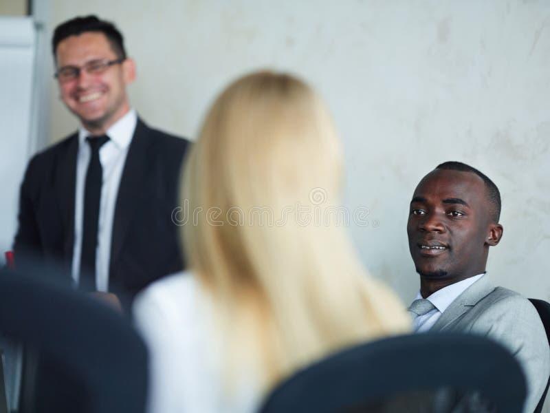 非洲商人谈话与伙伴在会议 免版税库存照片