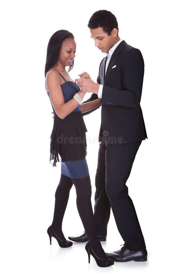 非洲夫妇跳舞辣调味汁 免版税库存照片