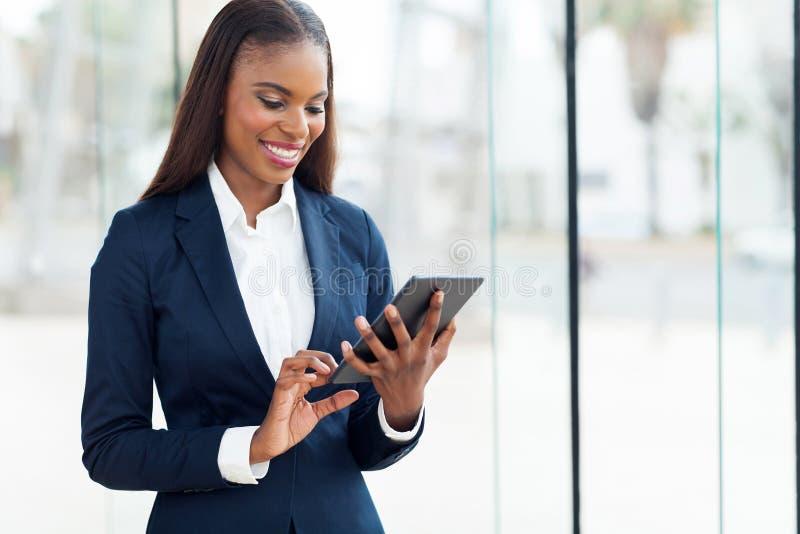 非洲女实业家片剂 免版税库存图片