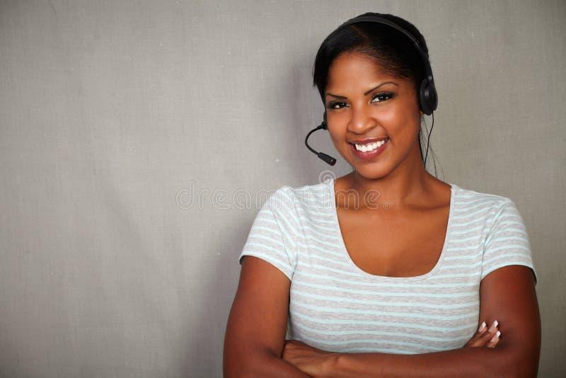 年轻非洲女实业家谈话在耳机 库存图片