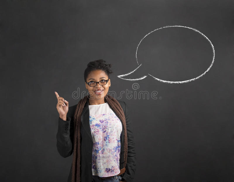 非洲妇女好想法和讲话在黑板背景起泡 免版税库存图片