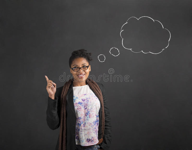 非洲妇女好想法认为在黑板背景的云彩 免版税库存图片