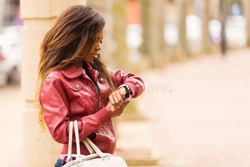 非洲妇女手表 免版税库存图片