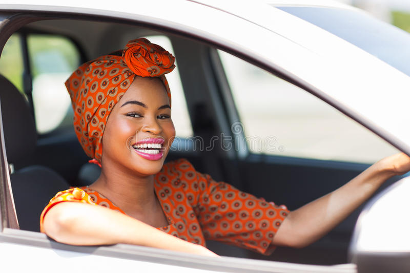 非洲妇女汽车 免版税图库摄影