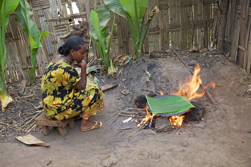 非洲妇女烹调 免版税库存图片
