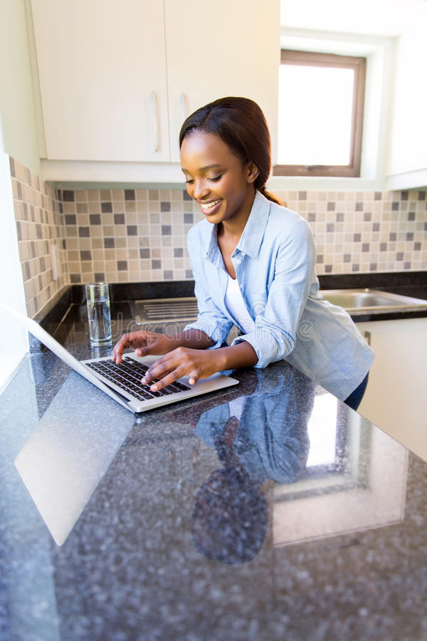 非洲妇女膝上型计算机 免版税图库摄影