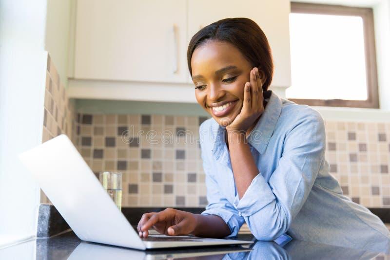 非洲妇女膝上型计算机 库存照片
