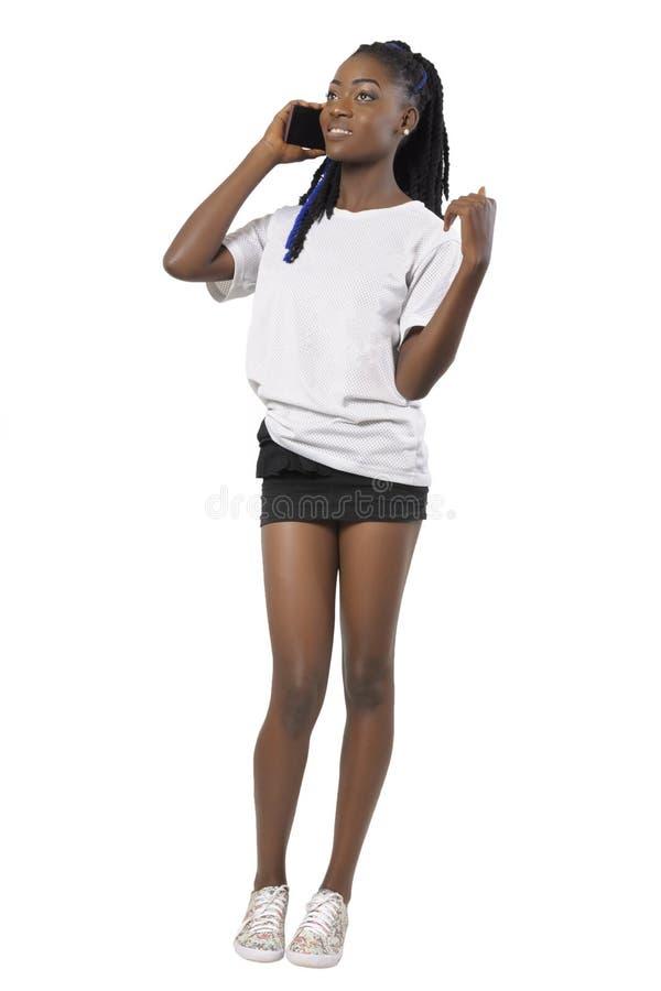 非洲或黑人美国妇女谈话与手机 免版税库存图片