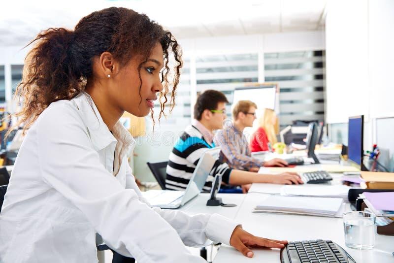 非洲有计算机的女实业家年轻办公室 库存图片