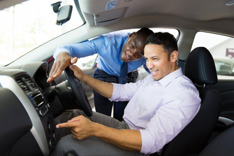 非洲汽车推销员顾客 免版税库存照片