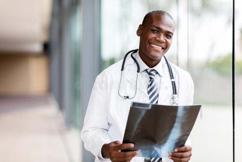 年轻非洲医生 免版税库存照片