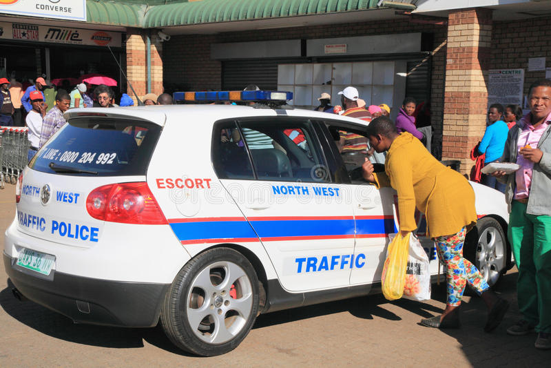 非洲著名kanonkop山临近美丽如画的南春天葡萄园 汽车cartoonish图象查出的警察样式白色 库存图片