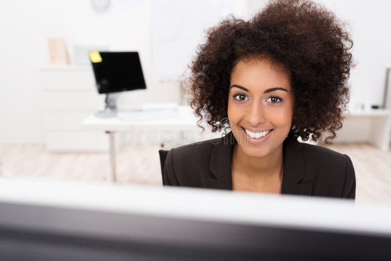 非洲裔美国人女实业家微笑 库存图片