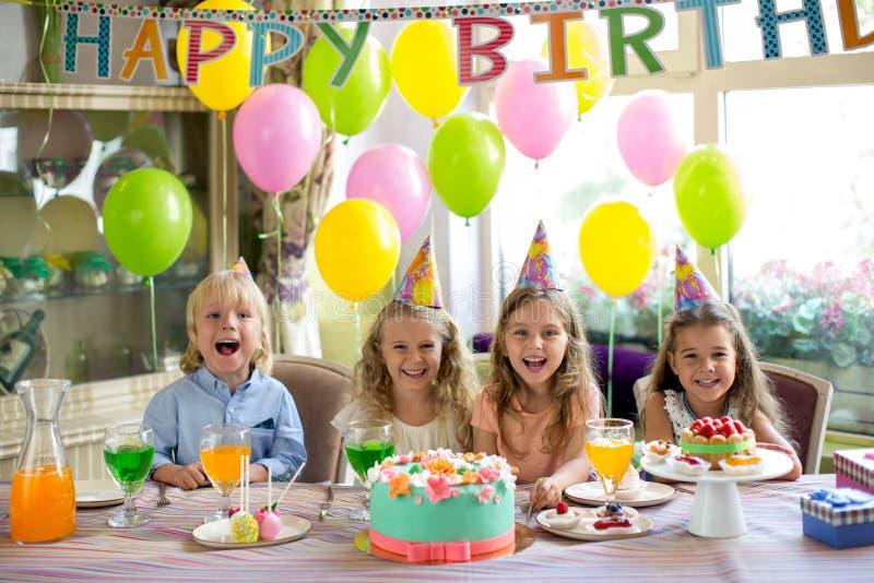 非洲裔美国人气球美丽的生日蛋糕庆祝巧克力杯子楼层女孩藏品家当事人当前坐的微笑的包围的时间对年轻人 免版税库存图片