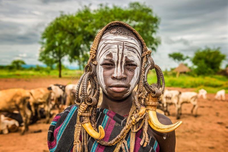 从非洲部落Mursi,埃塞俄比亚的年轻男孩 免版税图库摄影