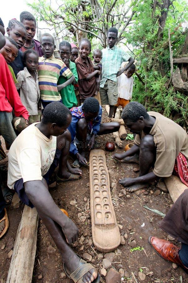 非洲,南埃塞俄比亚,孔索村庄。unidentify孔索供以人员称Gabata的plaing的普遍的非洲比赛。 库存图片