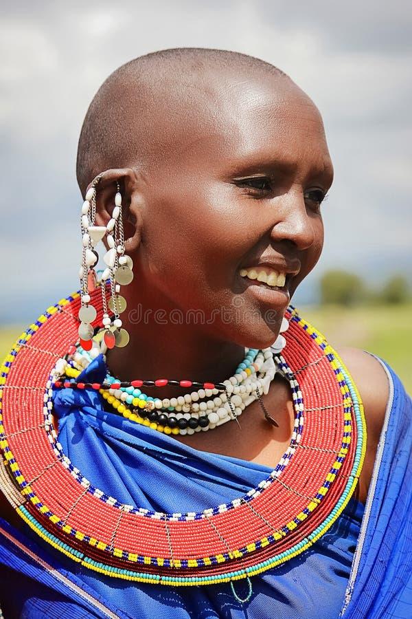 非洲,坦桑尼亚- 2016年2月:部落的马塞人妇女在传统礼服的一个村庄 库存照片