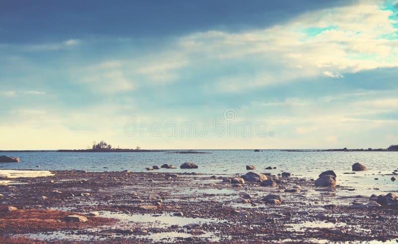 靠岸与冰砾和小卵石与巨大光和颜色 免版税库存照片
