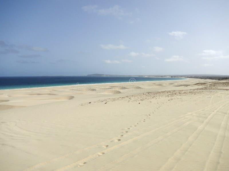 靠岸与白色沙子高沙丘在非洲 免版税库存图片