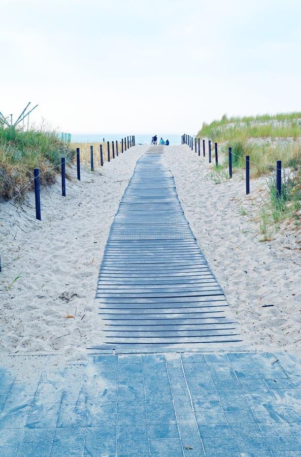 靠岸在有海滩睡椅的德国波罗的海和与沙子的假日感觉 免版税库存照片