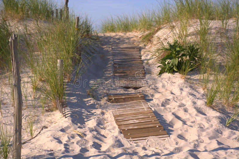 靠岸的木板条走道 免版税库存照片