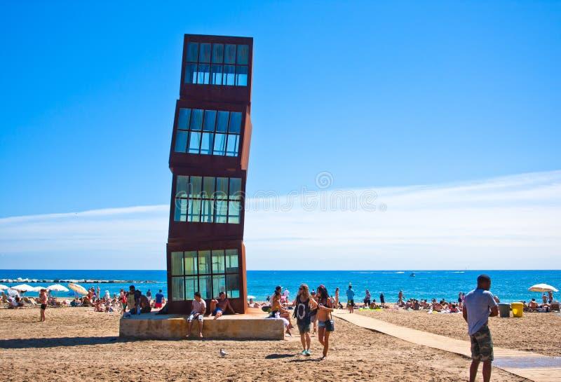 靠岸的配件箱,艺术作品在巴塞罗那海滩的 库存图片
