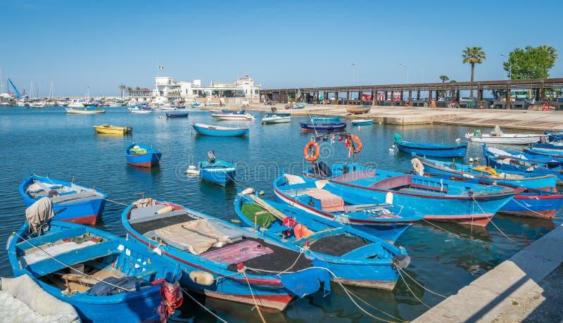靠码头的小船在巴里,普利亚,南意大利 免版税库存照片