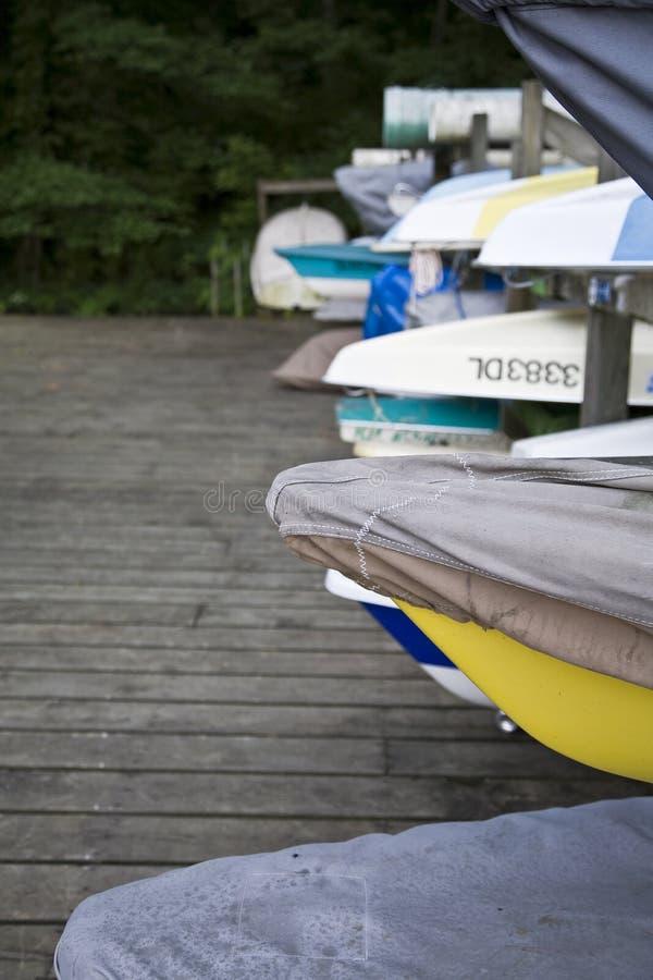 靠码头的小船 免版税图库摄影