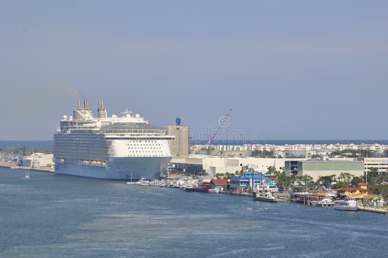 靠码头的海游轮的绿洲 库存图片