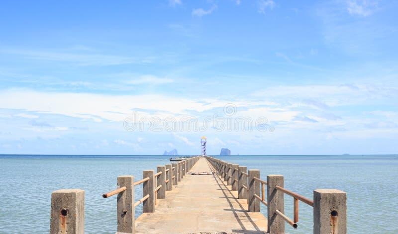 靠码头在平静的海梦想目的地的码头的老木桥 免版税库存图片
