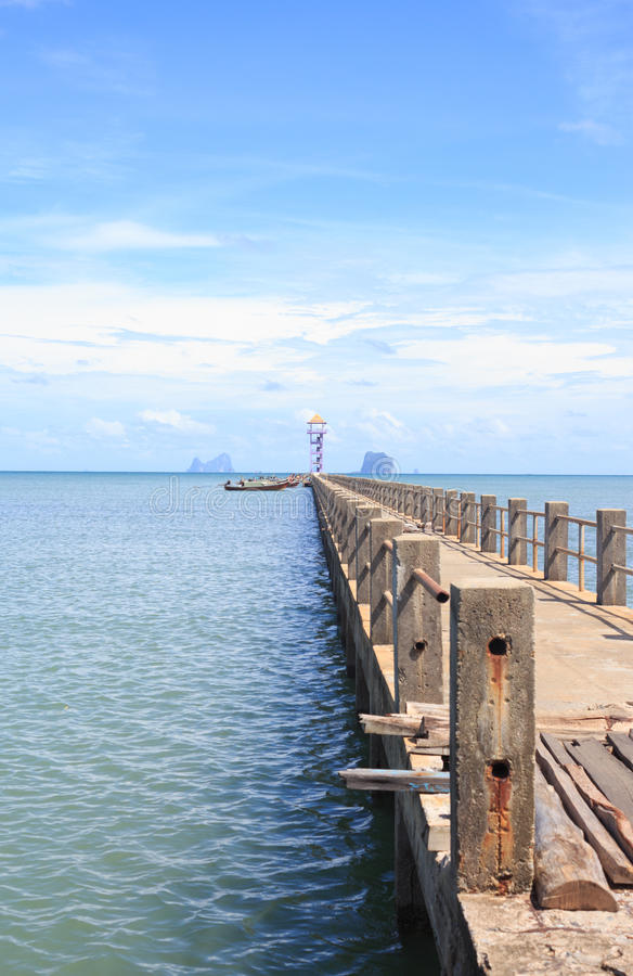 靠码头在平静的海梦想目的地的码头的老木桥 库存图片