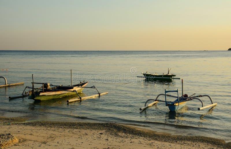 靠码头在萨努尔的木小船在巴厘岛,印度尼西亚靠岸 库存图片