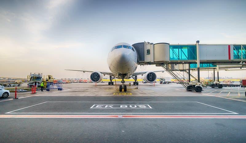 靠码头的喷气机在迪拜机场 免版税库存图片