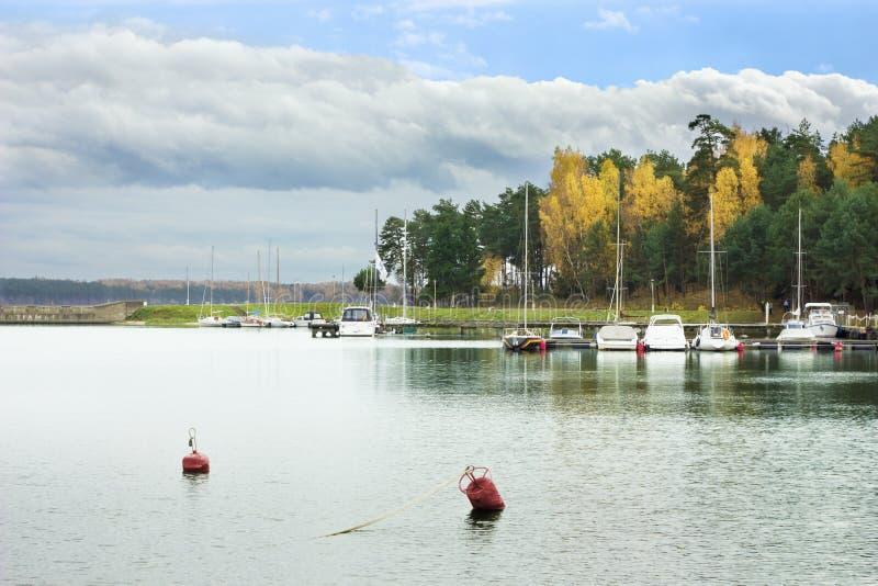 靠码头的帆船和游艇 图库摄影