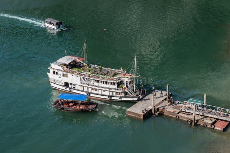 靠码头的旅游巡洋舰 图库摄影