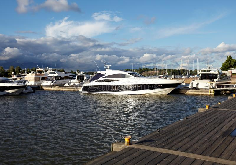靠码头的游艇 图库摄影