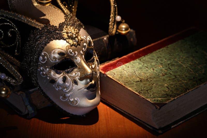 面具和书 库存照片