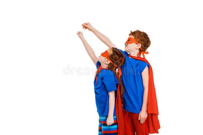 面具的超级看孩子和的斗篷举手和  库存图片