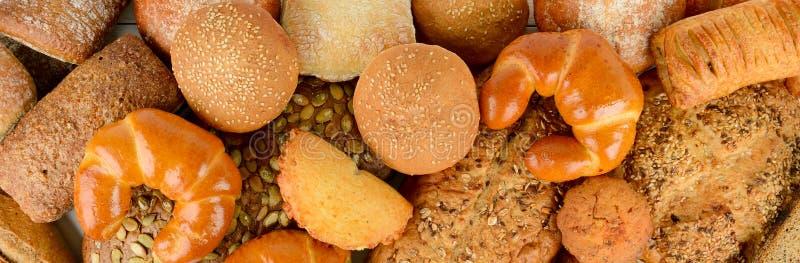 面包、小圆面包、新月形面包和其他焙烤食品 库存图片