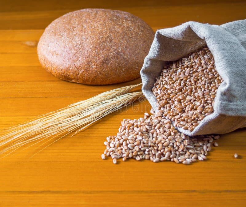 面包、袋子麦子和耳朵 免版税库存照片