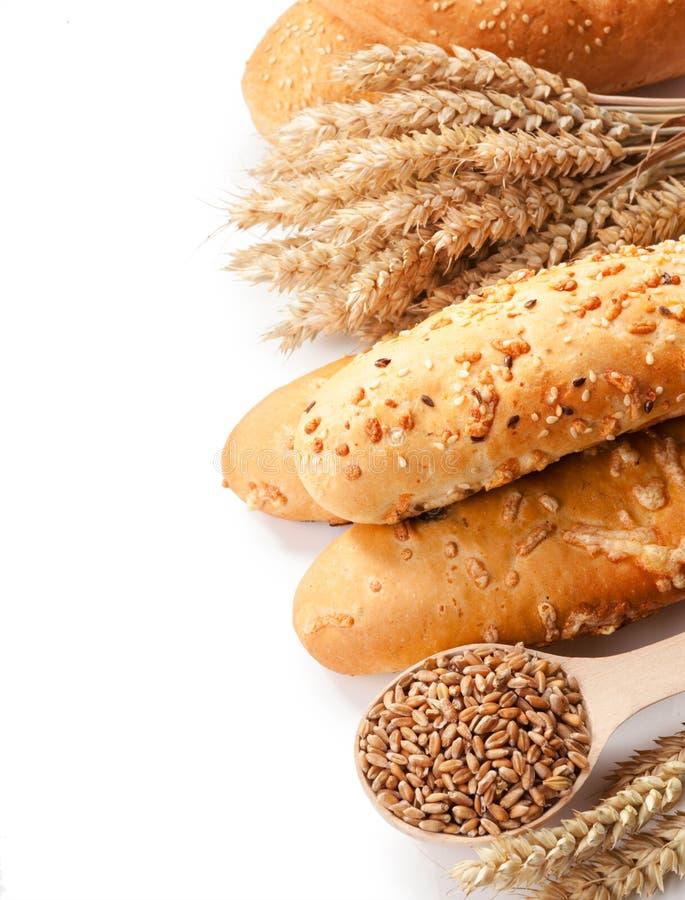 面包、麦子耳朵和五谷在白色背景隔离的 免版税库存照片