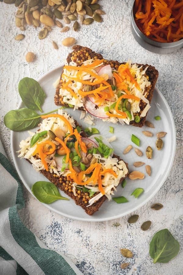面包三明治用乳酪和菜,健康早餐,素食食物, 免版税库存图片