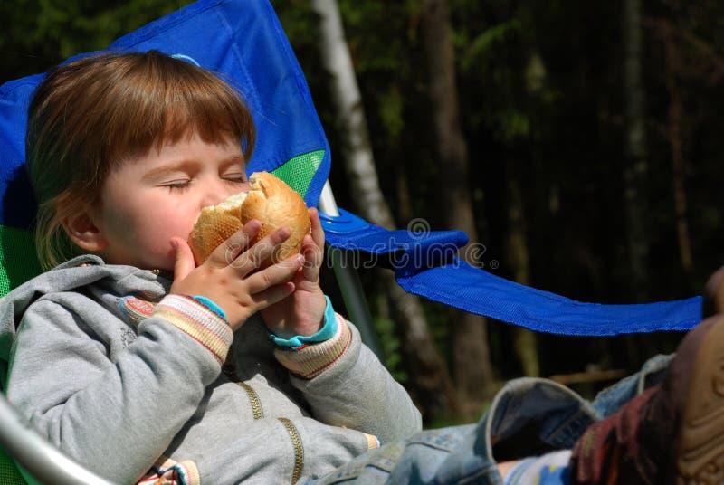 面包儿童吃s 库存图片