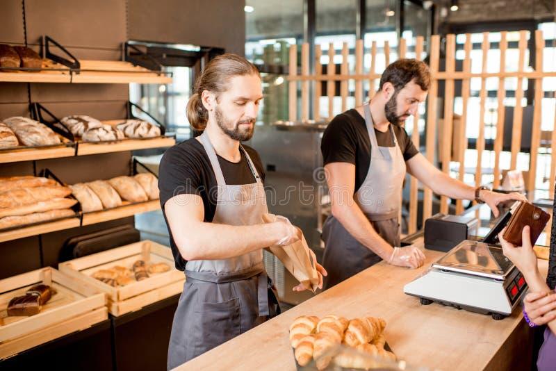 面包卖主在面包店商店 库存图片
