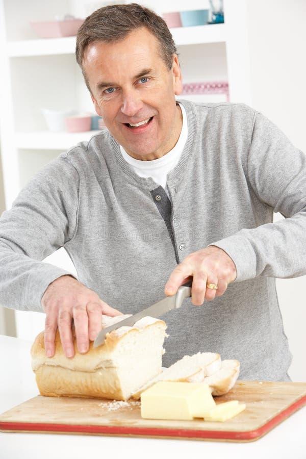 面包厨房人高级切 库存照片
