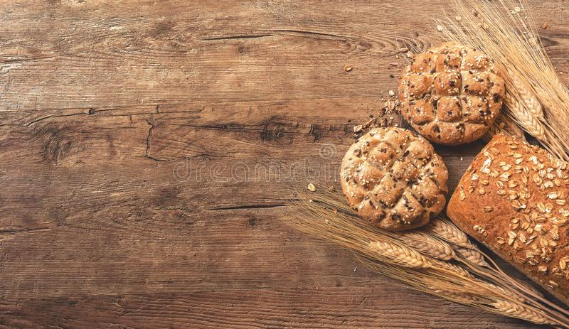 面包和曲奇饼用麦子木表面上与空间文本的 免版税库存图片