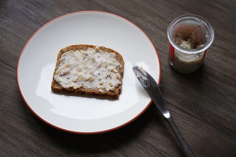 面包和水滴或者脆皮油脂或者猪油与护痉套在德国叫Schmalzbrot 图库摄影